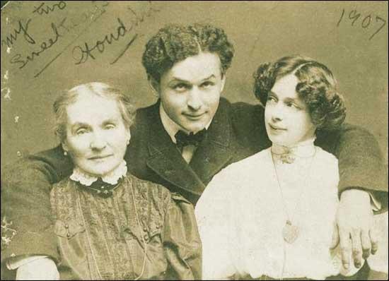 Гудини с матерью Сесилией Штайнер и женой Бэсс (Элизабет) в 1907 году