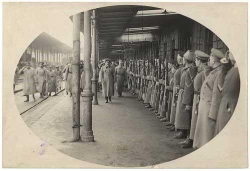 А.И.Деникина встречают на вокзале в Ростове