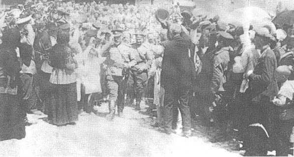 Народ приветствует Деникина после освобождения Царицына.