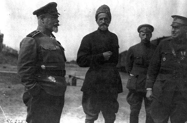 Генерал Деникин А.И. на фронте, беседует с офицерами и местными жителями.