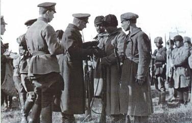 Адмирал Колчак вручает боевые награды.