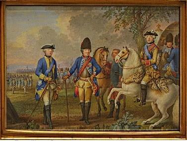 Петр III изображен на коне среди группы военных. Император представлен с орденами Св. Андрея Первозванного и Св. Анны