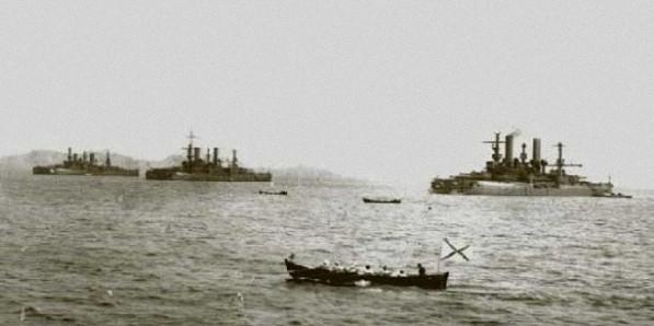 Броненосец Петропавловск в море