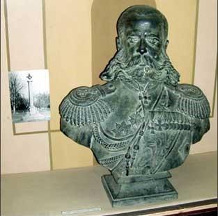 Бюст М.Д. Скобелева и фото монумента
