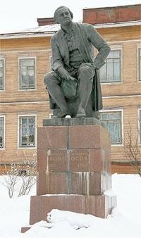 Памятник М.В.Ломоносову на его родине.