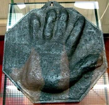 Слепок огромной руки царя Петра